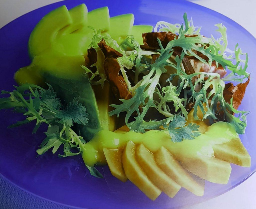 Maak eerst de dressing. Schil hiervoor de mango, verwijder de pit en snijd het vruchtvlees fijn.