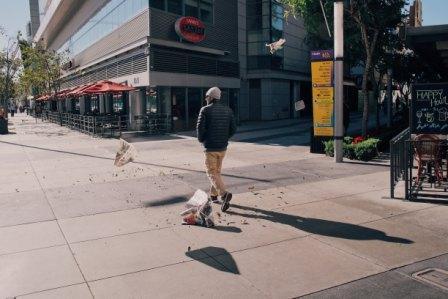 Een man loopt in het midden van de straat