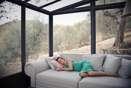 vrouw ligt te slapen op een bank