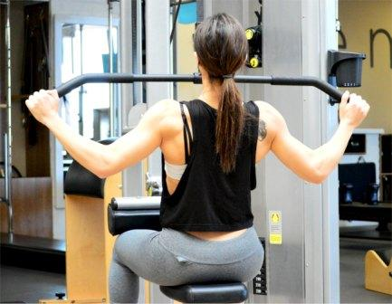 vrouw aan het oefenen in de sportschool
