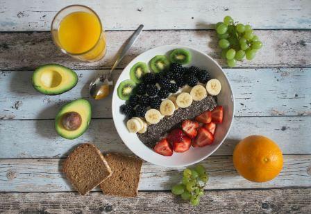 eettafel gedekt met gezond eten