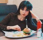 vrouw in de veertig jaar kijkt niet blij met haar eten