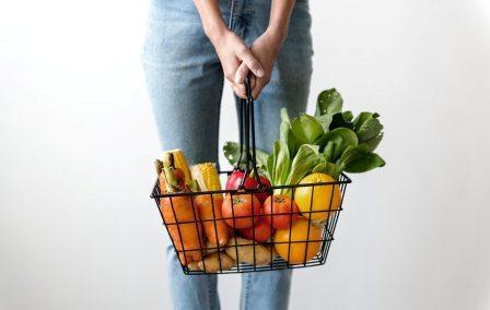 boodschappenmandje gevuld met groente