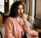vrouw aan het eten, zij kijkt niet blij