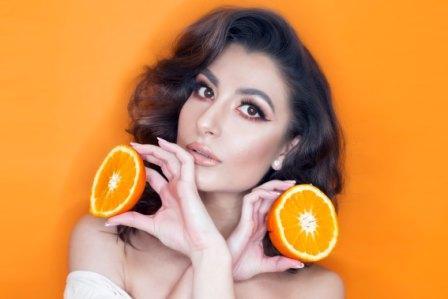 vrouw met stukjes sinaasappel