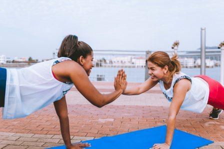 Twee vrouwen aan het trainen