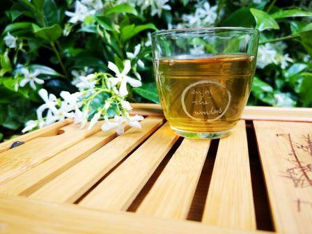 kopje thee op een tafeltje in tuin